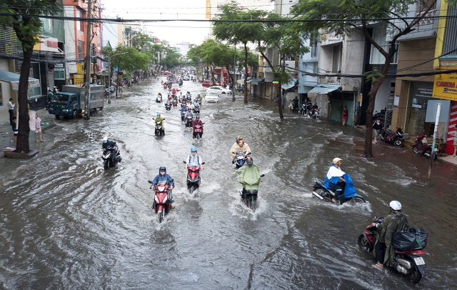 Tại sao phải thay nhớt xe máy khi bị ngập nước chết máy vào mùa mưa - 2