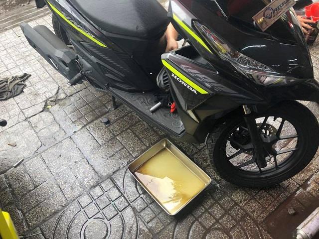 Tại sao phải thay nhớt xe máy khi bị ngập nước chết máy vào mùa mưa - 3