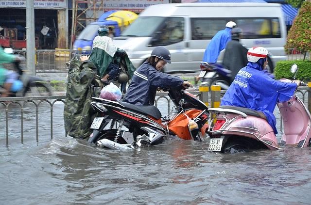 Chạy xe máy qua vùng nước ngập có cần phải thay nhớt - 1