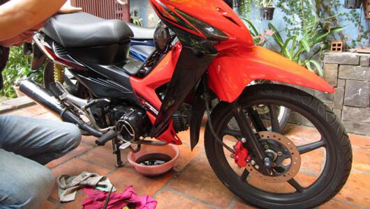Hướng dẫn tự thay nhớt xe máy tại nhà